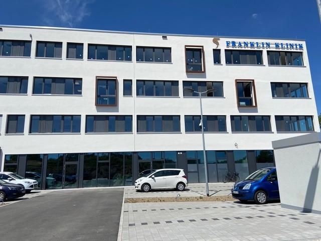 Parkplatz, Gebäude von außen